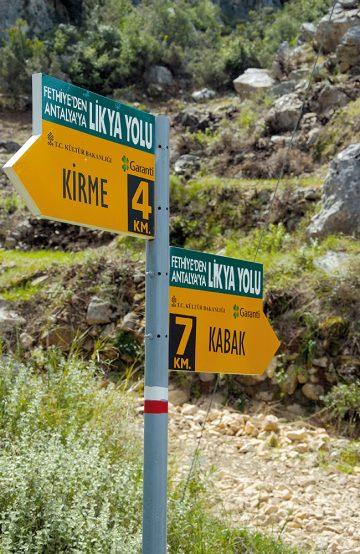 Hele Lycian Way er merket med hvite og røde striper, og noen steder står det tydelige, gule skilt. Foto: Ronny Frimann