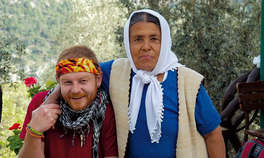 Korey Ata er ekte tyrker, trass i sitt mer skotske utseende. Både han og Mama tilhører nomadefolk som nå har blitt bofaste. Sånn sett passer det at Korey jobber som guide på fotturer, der han går og går... Foto: Torild Moland
