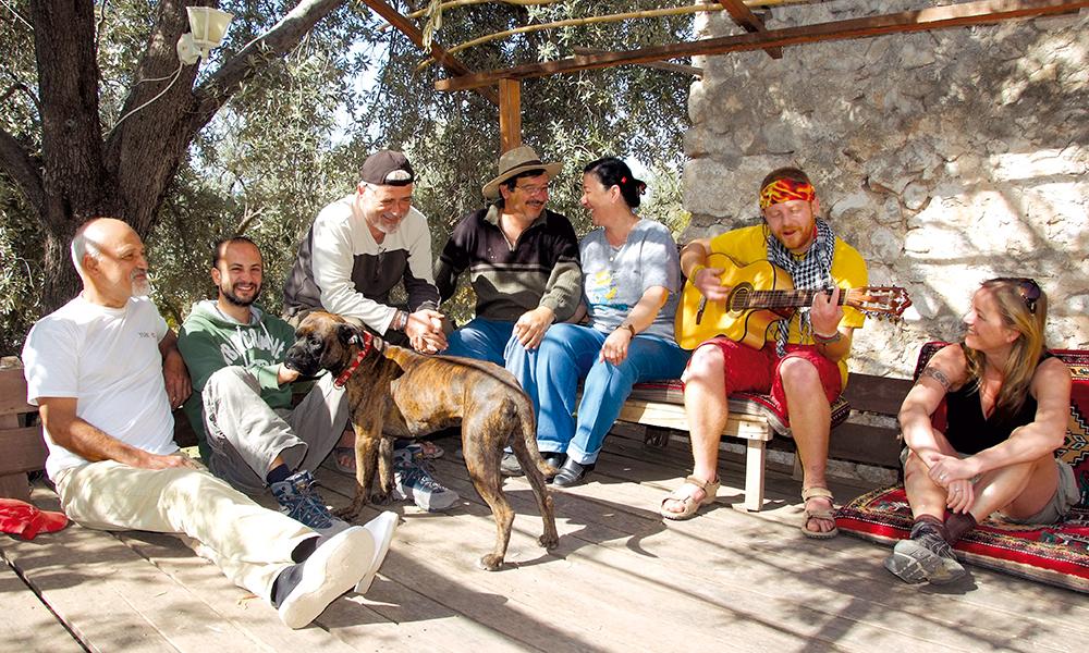 Første dagen ender turen hos Murat i hippie-campen Sultan, der farens venner hjelper ham å lage nye hytter for sesongen. Foto: Ronny Frimann