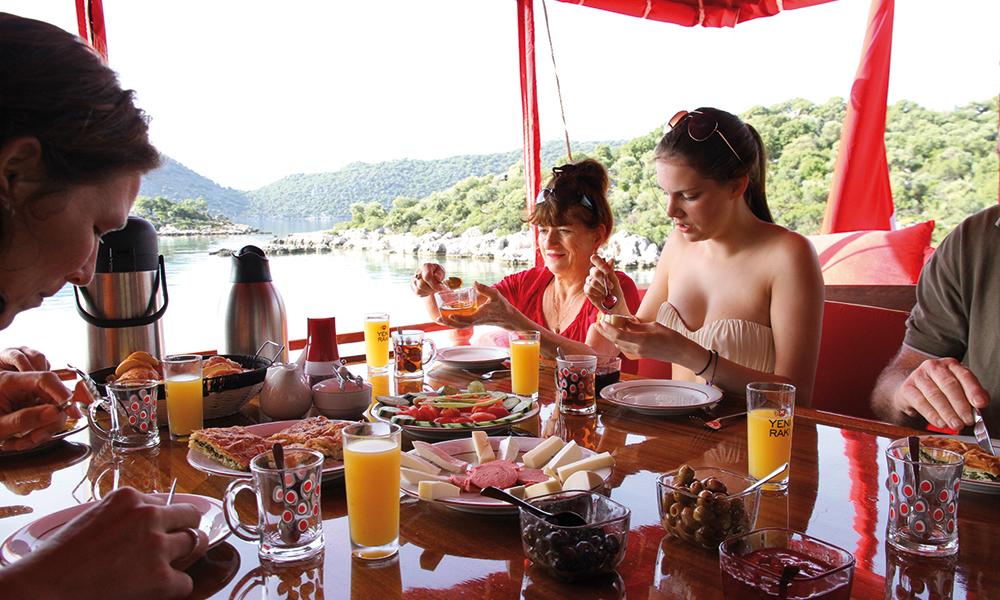 Kokken Gökhan har skrevet kokebok, og disker stadig opp med nye herligheter. De lekreste retter serveres både til frokost, lunsj og middag – alltid om bord på båten. Foto: Runar Larsen