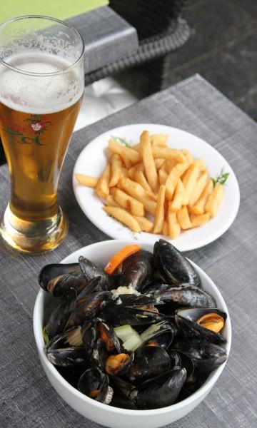 Blåskjell og chips er klassisk pubmat i Brugge. Foto: Runar Larsen