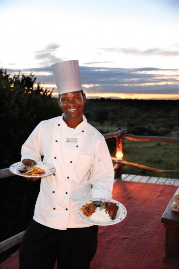 En natt på Løvehulen byr på deilig mat servert av proff kokk og champagne i solnedgang, før nattens lyder senker seg. Foto: Ronny Frimann