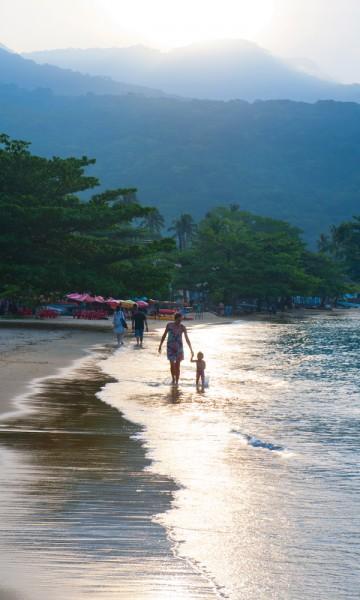 Hvis stranda er Rua da Praia, går kanskje disse to ettermiddagstur på fortauet? Foto: Gjermund Glesnes
