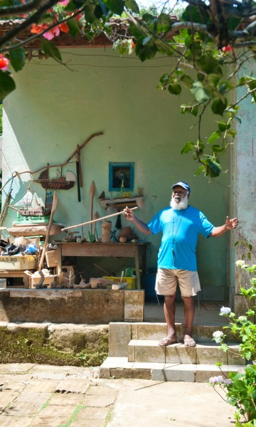 Julio de Almeida (82) har hatt Dois Rios som hjem i over 50 år. Nå står bare muren igjen av fengselet – med et lite museum inni. Foto: Gjermund Glesnes