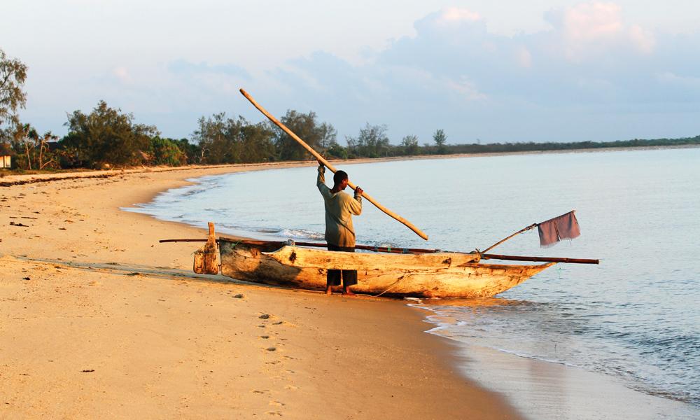 Hver morgen tar lokale fiskere fatt på ei ny øtk ute på bøljan blå. Foto: Runar Larsen