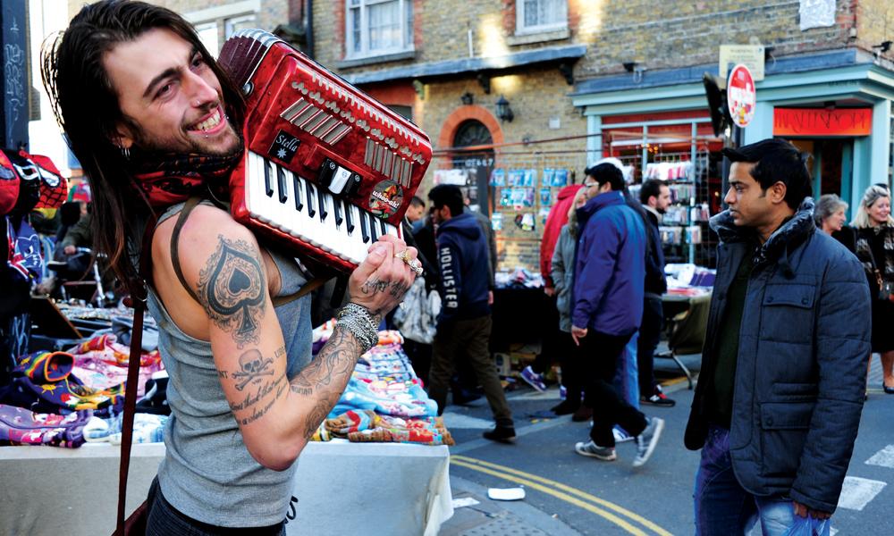 Om han ikke spiller akkurat Beatles, så skaper det stemning. Foto: Torild Moland