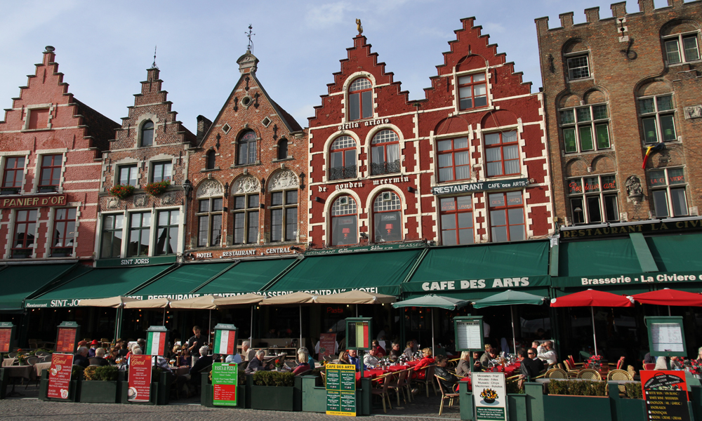 Markt er sentrum av Brugge, historisk markedsplass og et utmerket sted for utepils. Foto: Runar Larsen