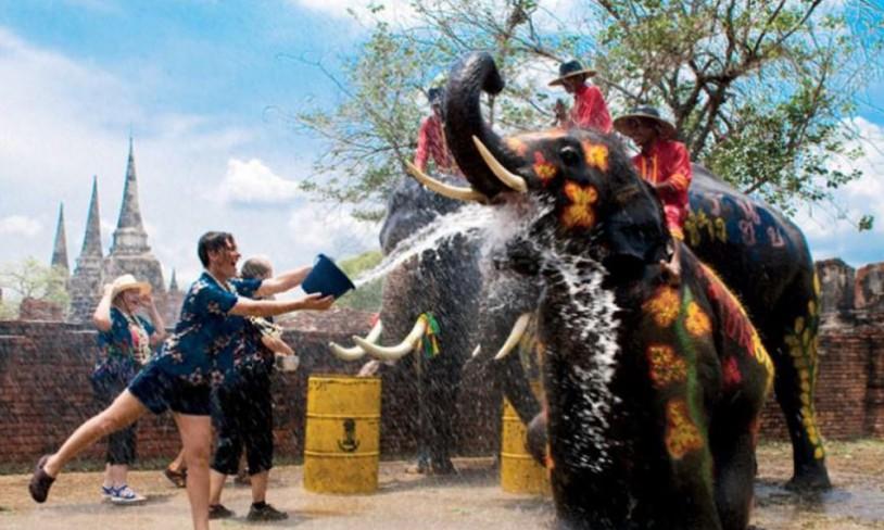 Fuktig vårfest i Thailand