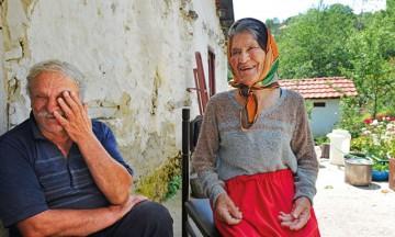 Vlado og Zora Tomcheski har flust av gode minner fra barndommens Zashle, om både landsbyfester og hennes gule sportskupé. Foto: Gjermund Glesnes