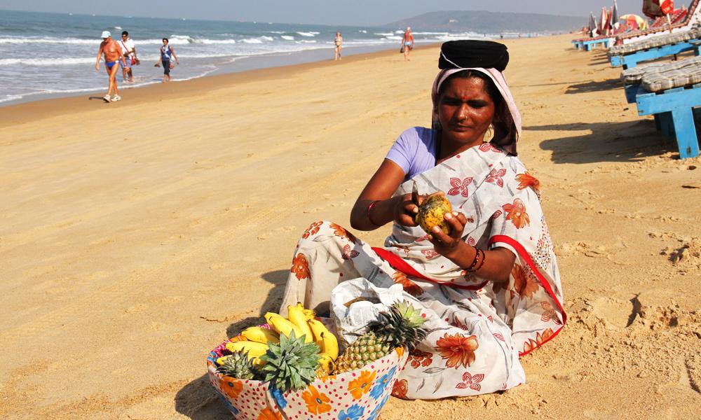 Lokale selgere selger frisk frukt på stranden. Foto: Runar Larsen