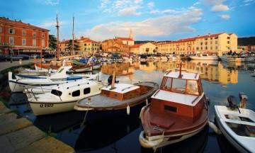 Isola er en tidligere fiskerlandsby, men i dag har turistene tatt over havnebassenget – i hvert fall om sommeren. Foto: Slovenske turistkontoret