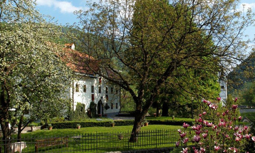 Kendov Dvorec, Vest i Slovenia