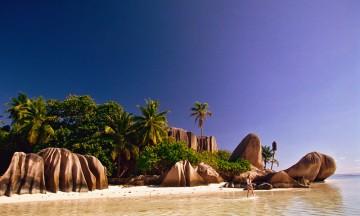 Grønne palmeskoger, turkisblått hav og ikke minst en humørfylt lokalbefolkning med uendelig mye sjarm kjennetegner Seychellene. Foto: Paradisreiser-La Digue