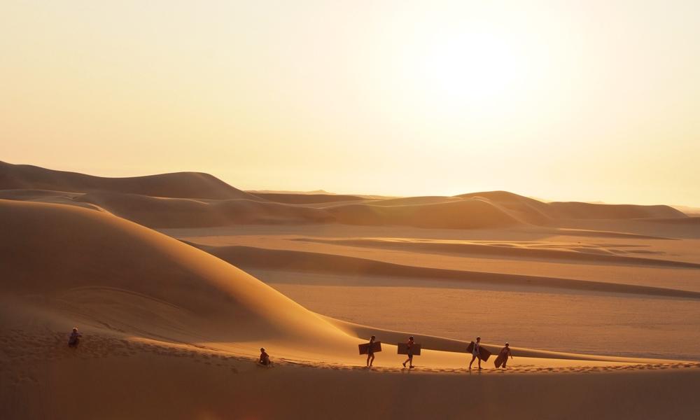 Namibørkenen er verdens nest største ørken, og når solen faller ned i vest er utsikten over det endeløse sandhavet komplett uslåelig. Foto: Torild Moland