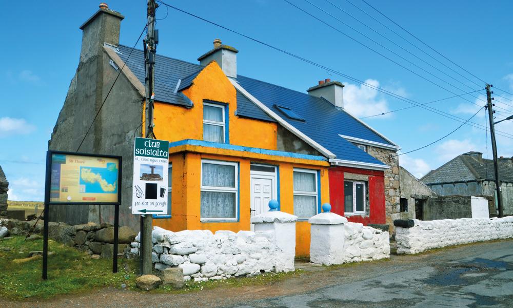 Små koselige og fargerike hus i Donegal. Foto: Marte Veimo