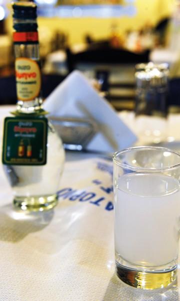 Ouzo skal ikke drikkes rent, men med to deler vann og en del sprit. Da får den riktig tåkefarge.