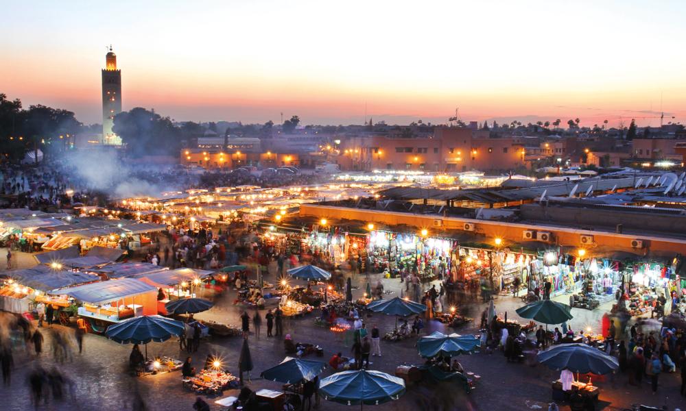 Djemaa el-Fna er sentrum av Marrakech. Det yrer av liv på plassen hele dagen, men stemningen blir ekstra spesiell når matbodene rykker inn mot kvelden. Foto: Runar Larsen