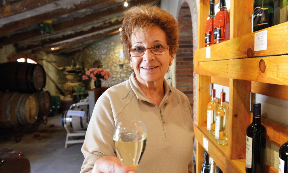 Marie Terese Grau tar gjerne imot besøkende på vingården når sønnen er på jordene. Foto: Gjermund Glesnes