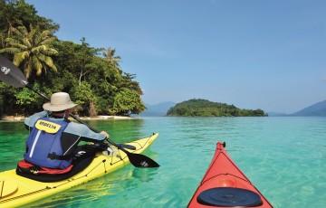 Du kan ta motorbåt ut til enkelte av øyene i Koh Chang Marine Park. Men det er enda herligere å øyhoppe for egen maskin. Foto: Gjermund Glesnes