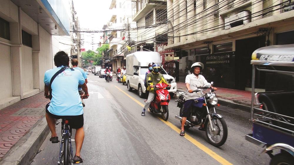 Det meste av turen går i trange smug, men innimellom må vi ut på mer trafikkerte veier. Foto: Ronny Frimann