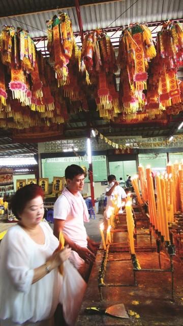 Taoister ved å sikre seg, så de fleste ber litt til pengeguden og kunnskapsguden - og et par andre. Foto: Ronny Frimann