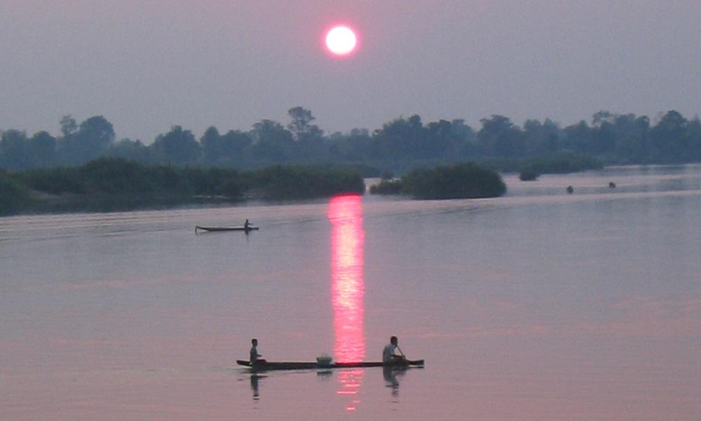 På øya Don Det i Laos går livet i bedagelig tempo. Og solnedgangen over Mekong er et fast høydepunkt. Foto: Runar Larsen
