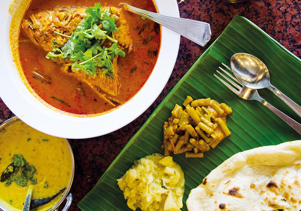 Fiskehode i karri er en typisk lokal rett, som ble skapt av kinesernes kjærlighet til fisk blandet med indiske krydder. Foto: Mari Bareksten