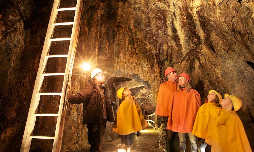 Inne i Falu gruva er det alltid fem grader, sommer som vinter. Regntøy får du lånt før du går ned. Foto: Visit Södra Dalarna