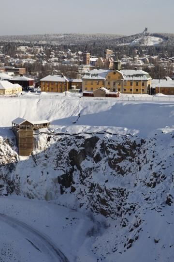 Stora Stöten - det store hullet midt i Falu Gruva - ble skapt i da deler av Falu koppargruva raste i 1687. Sammen med tårnet i hoppbakken på motsatt side av byen er den på mange måter Faluns topp og bunn - og mest kjente steder. Foto: Visit Södra Dalarna