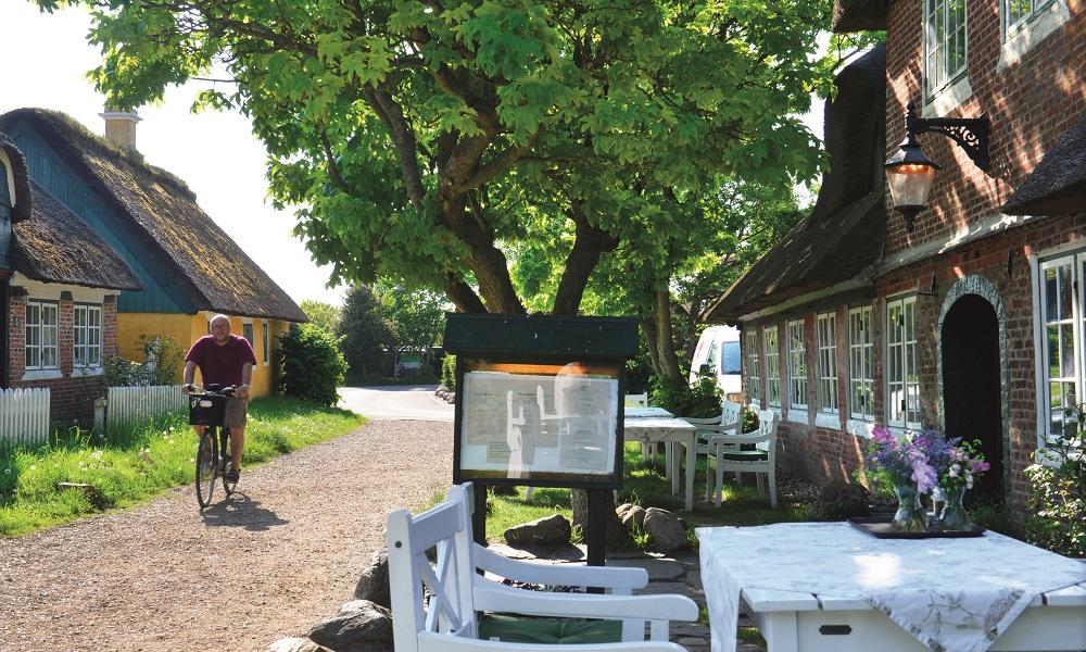 Idylliske Sønderho ser ut som filmkulissene fra en historisk film fra 1700-tallet. Sønderho kro er for sikkerhets skyld også regnet som Fanøs beste spisested. Foto: Gjermund Glesnes