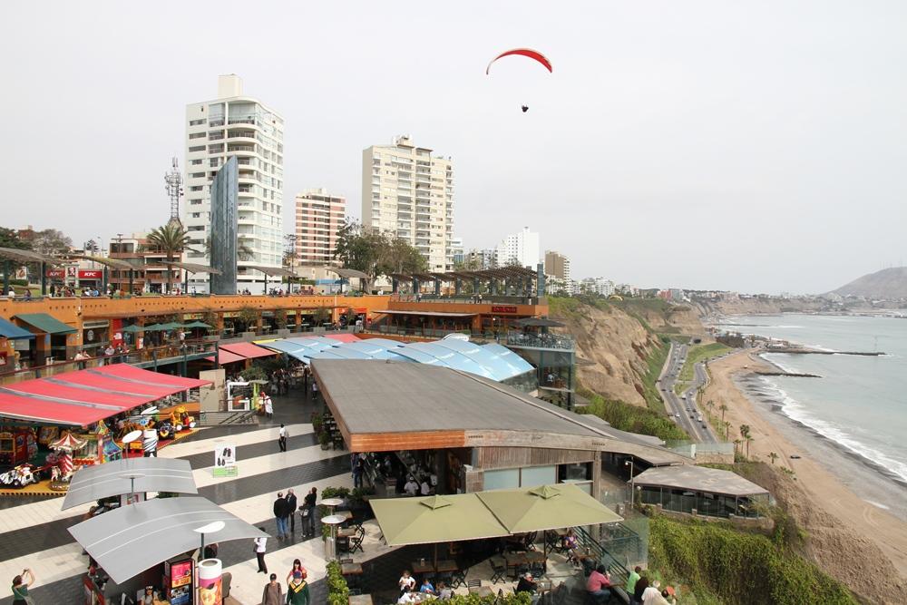 Lima har også en egen bystrand, hvor surfing er populært.