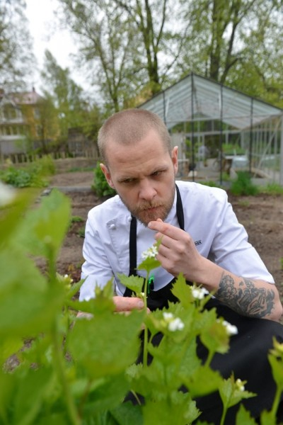 Johannes Persson har tatt etterutdanning i plantestell for å dyrke løkurt og andre smaksspissere i restaurantens urtehage. Foto: Gjermund Glesnes