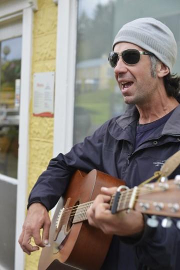 Lee Rice reiser stort sett med gitaren og sangstemme som reisebudsjett. Foto: Gjermund Glesnes