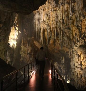 Dim Magarasi grotten går over 360 meter ned i fjellet, med stalagmitter og stalaktitter skapt av tidens tann. Foto: Runar Larsen