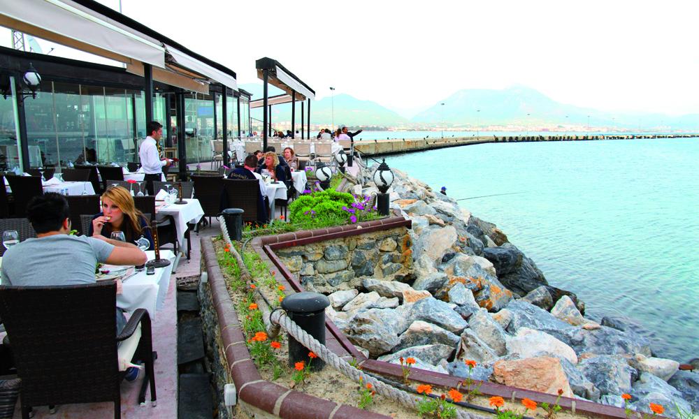 Harbour Restaurant er midt i smørøyet i Alanya, men med mer stil enn du kanskje forbinder med den klassiske charterbyen. God sjømat serverer de også, samt flott utsikt til Det røde tårnet og festningen. Foto: Runar Larsen