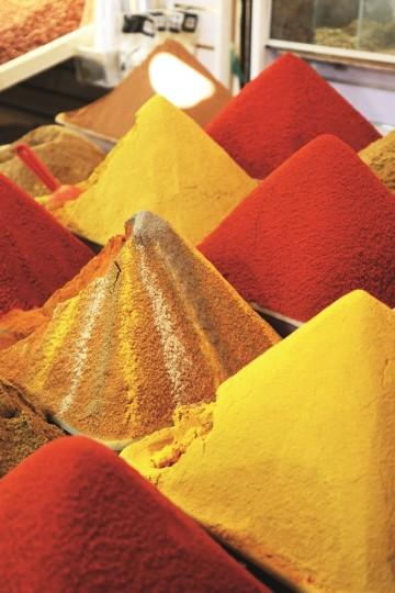 Det er en kunst å stille ut krydder for salg. Foto: Runar Larsen