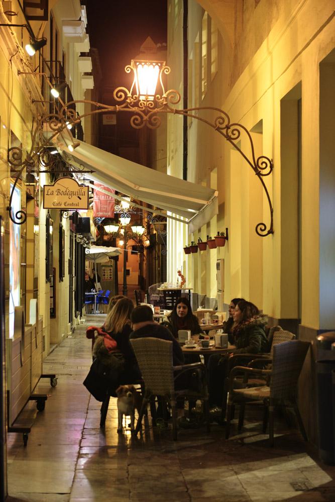 Kveldsstemning i en sidegate til Málagas parade- og shoppinggate Calle Larios. Foto: Gjermund Glesnes
