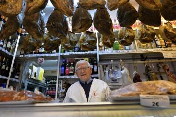 Zoilo Montero Aluarez (80) åpnet sin delikatessebutikk i Málagas gamleby i 1956, og er fortsatt stødig på labben når han skjærer skinke. Foto: Gjermund Glesnes