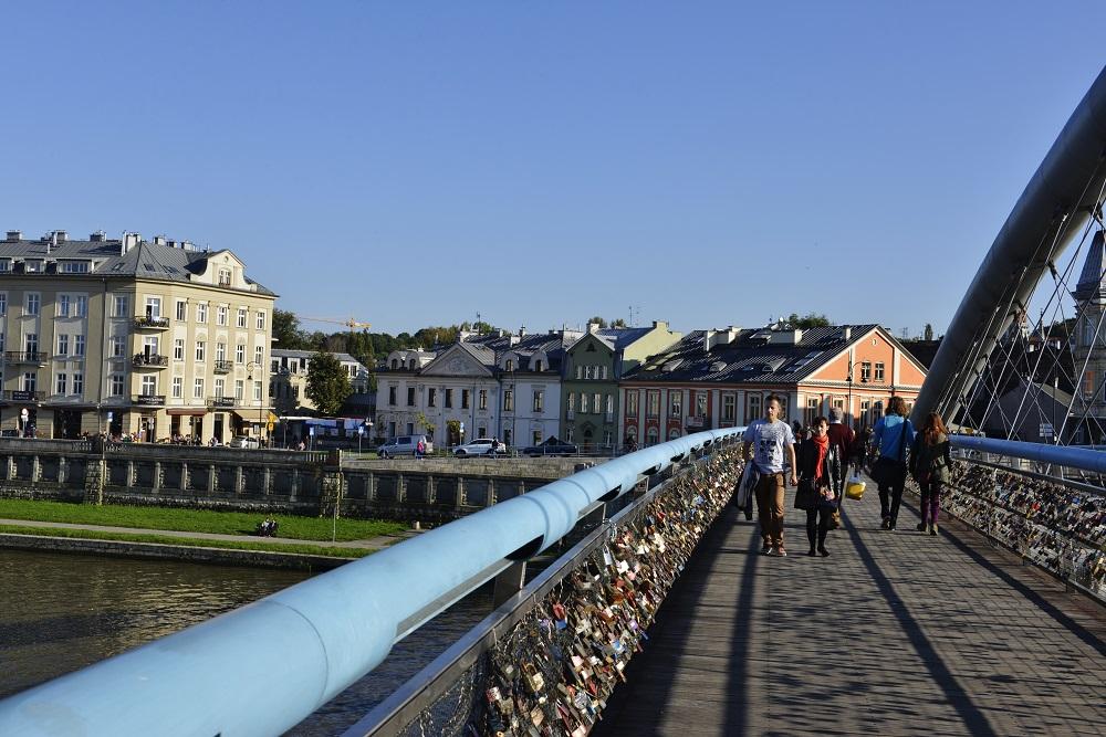 Den nye gangbroen over til Podgorcé har gjort at den egentlig lite billedskjønne bydelen har fått en oppblomstring. Foto: Gjermund Glesnes