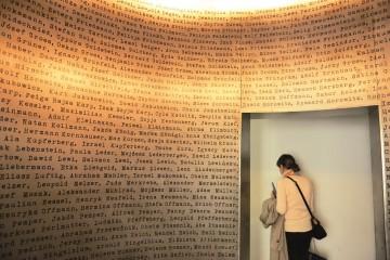Museet i Oscar Schindlers fabrikk forteller historien så du får klump i halsen. Dette rommet viser noen av menneskene han hjalp. Foto: Gjermund Glesnes