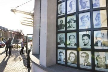 Fasaden på Schindler-museet er dekket av noen av de mange jødene som havnet på fabrikkeierens senere så berømte liste. Foto: Gjermund Glesnes