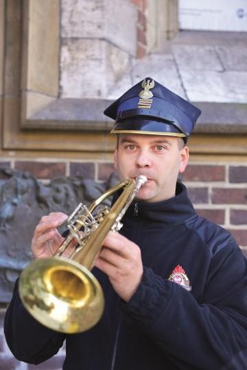 """Łukasz Włodarczyk er en av syv brannmenn som sørger for at """"Marias morgengry"""" spilles i Kraków hver time. Foto: Gjermund Glesnes"""