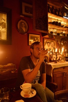 Én rolig øl eller starten på en lang natt - i Kazimierz har du mange steder å velge mellom. Michal Mihal går gjerne til Mleczarnia. Foto: Gjermund Glesnes