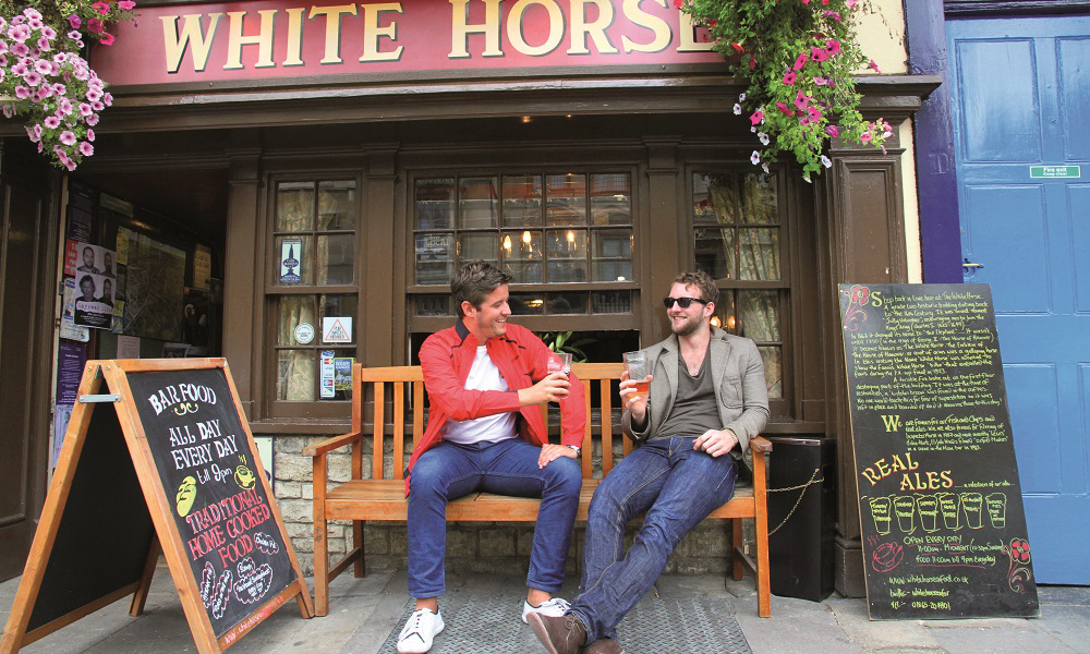 De tidligere Oxford-studentene Alex Waltham og Henry Tobias Jones elsker byens publiv. Foto: Runar Larsen