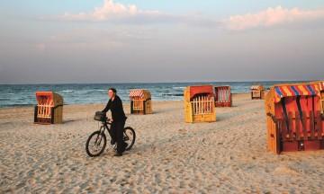 Lykken er sommer, sol og sykkel langs Østersjøen. Travemünde er en av den tyske rivieraens mest populære strandresorter, og et naturlig stopp på sykkelturene til Claudia Peters fra Lübeck on Bike. Foto: Runar Larsen