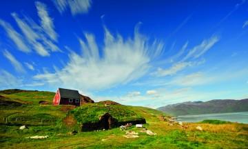 Fjorder, fjell og eksotisk dyreliv - opplevelsene er mange på cruise til Grønland. Foto: Hurtigruten