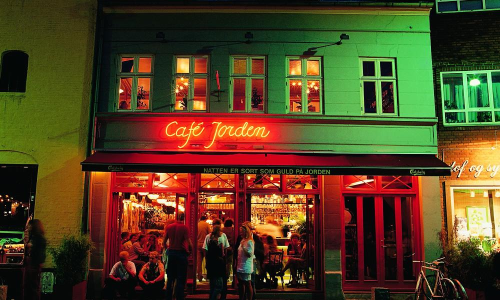 Byens korte avstander gjør det til en fryd å «hoppe» fra bar til bar på kveldstid. Foto: Visit Denmark