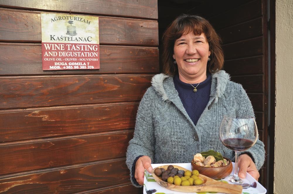 Sanja Kastelanac byr gjerne på selvplukkede oliven, egenprodusert olivenpate og vin fra egen hage. FOTO: MARTE VEIMO