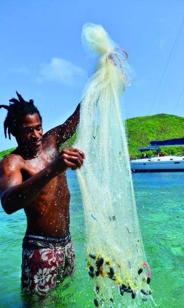 Bequia er et fisker- og tidligere hvalsamfunn, og den mest populære øya blant strandede jordomseilere. Dwaine Gregg henter småfisk en søndags morgen. Foto: Ronny Frimann