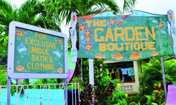 Fargerike hus og skilt setter stemningen både på Bequia og de fleste andre øyer i Karibia. Foto: Ronny Frimann